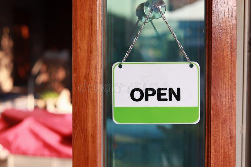Signe ouvert à la porte image libre de droits
