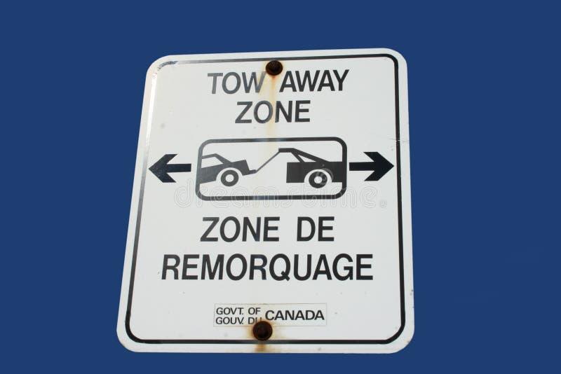 Signe parti de zone de remorquage bilingue images stock