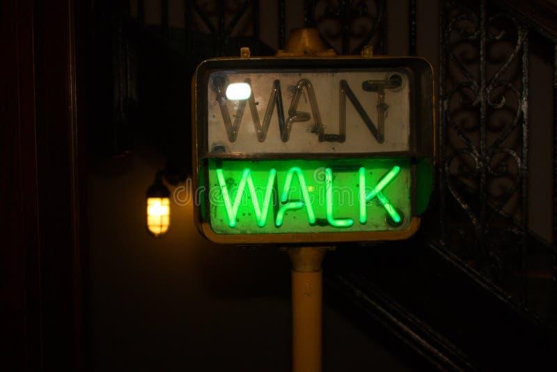 Signe piétonnier vert rougeoyant de passage piéton photo stock