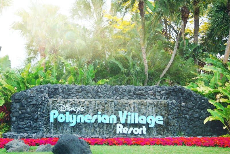 Signe polynésien de station de vacances du village de Disney à la manière d'entrée avec des fleurs images stock