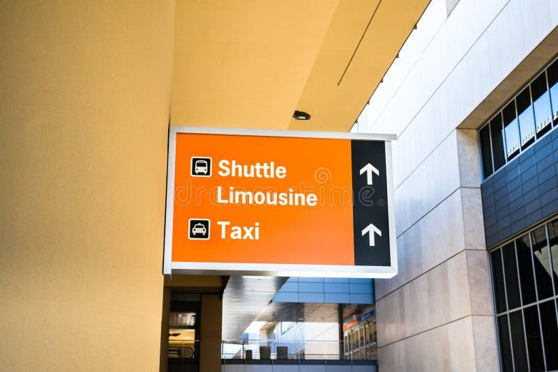 Signe pour la navette, la limousine et le taxi photos stock