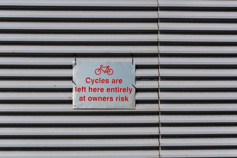 Signe pour le support de vélo, R-U photos libres de droits