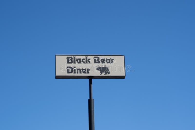 Signe pour le wagon-restaurant d'ours noir contre un ciel bleu, connu pour le homestyle servant, famille images libres de droits