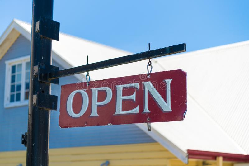 Signe rouge d'affaires ouvertes vieux et blanc de cru photographie stock