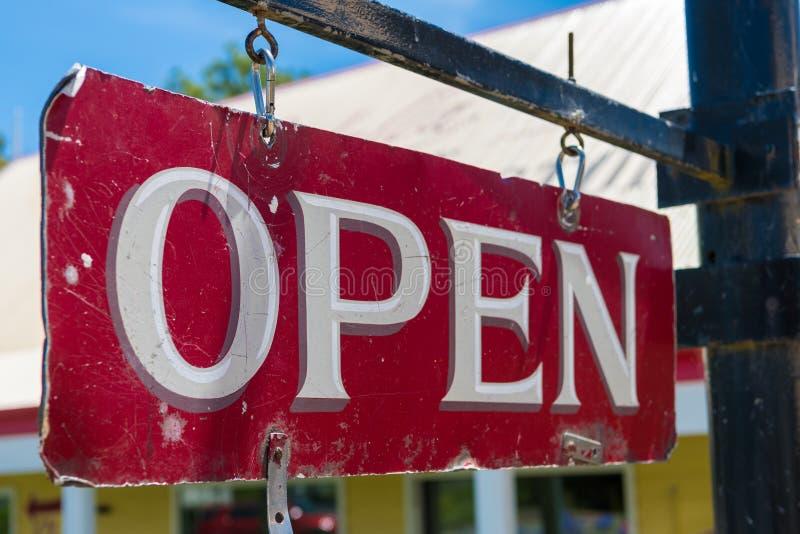 Signe rouge d'affaires ouvertes vieux et blanc de cru images stock