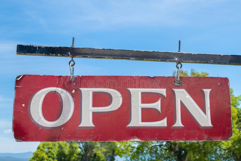 Signe rouge d'affaires ouvertes vieux et blanc de cru photographie stock libre de droits