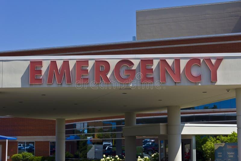 Signe rouge d'entrée de secours pour un hôpital local VII image libre de droits