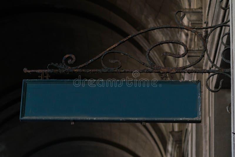 Signe rouillé de fer de station de train images stock