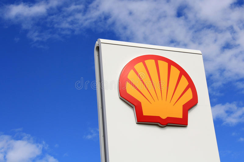 Signe Shell contre le ciel bleu photos stock