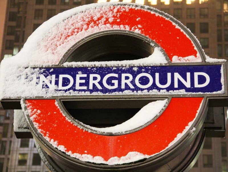 Signe souterrain avec la neige image stock