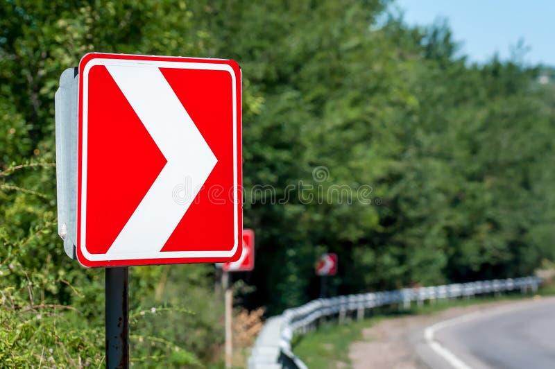 Signe tourne-à-droite Les panneaux routiers avertissent d'un tour pointu photo libre de droits