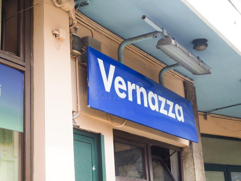 Signe Vernazza Cinque Terre Italy de station de train photographie stock libre de droits