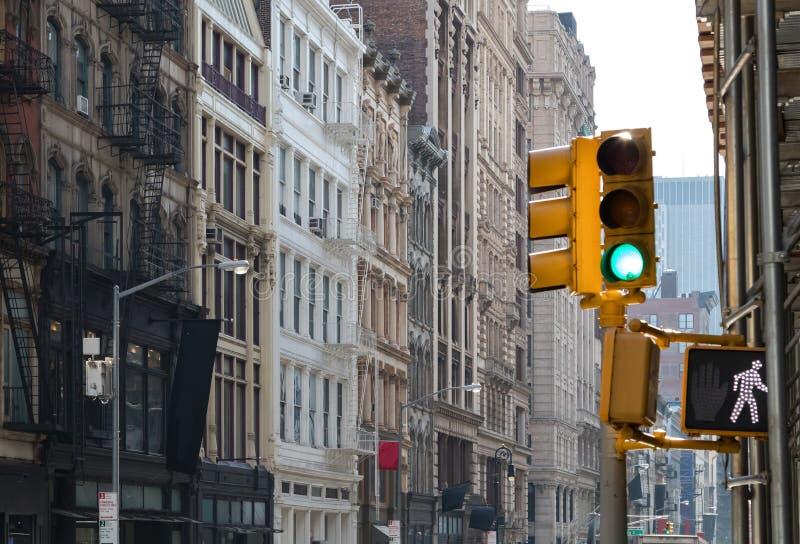 Signe vert de feu et de promenade de signalisation à une intersection dans le voisinage de SoHo de New York City images stock