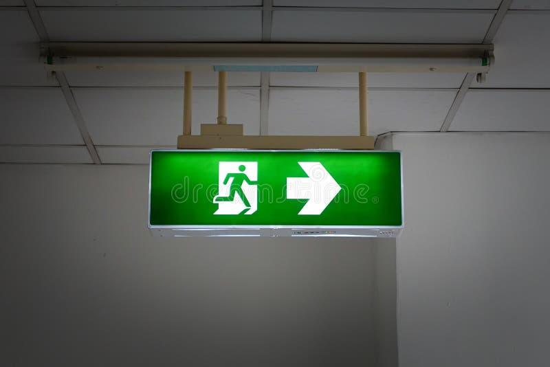 Signe vert de sortie de secours photo stock