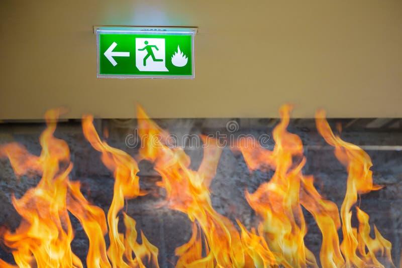 Signe vert de sortie de secours montrant la manière de s'échapper Sortie de secours dans le bâtiment images stock