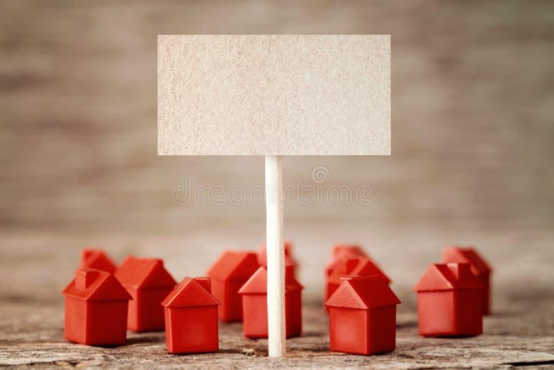 Signe vide avec de mini maisons rouges image libre de droits