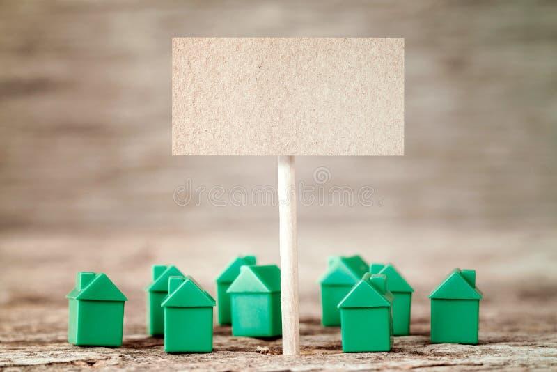 Signe vide avec de mini maisons vertes photo stock