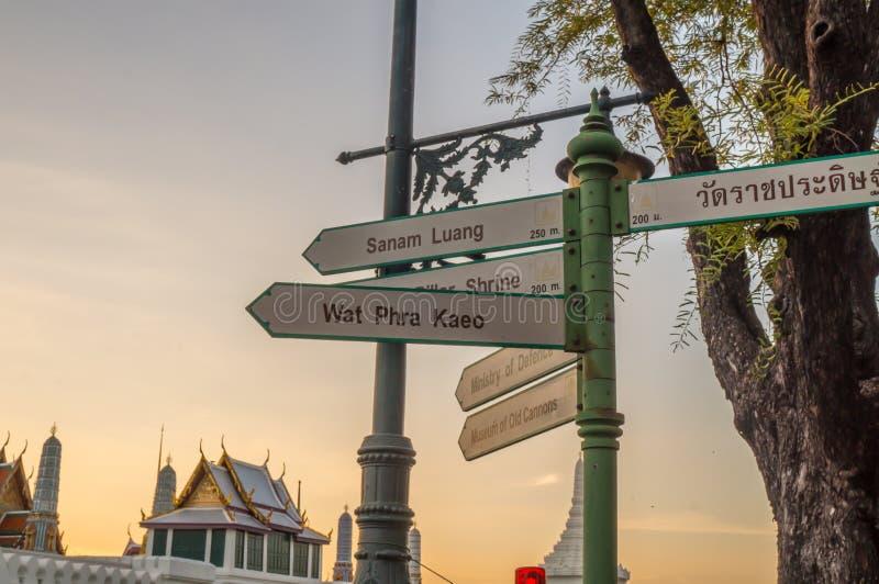 Signe Wat Phra Kaew (temple de guide d'Emerald Buddha) photographie stock libre de droits