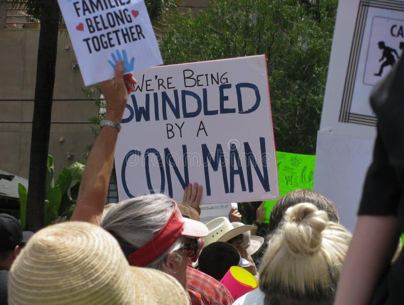 Signes à U S rassemblement politique : pro immigrés, anti atout images libres de droits
