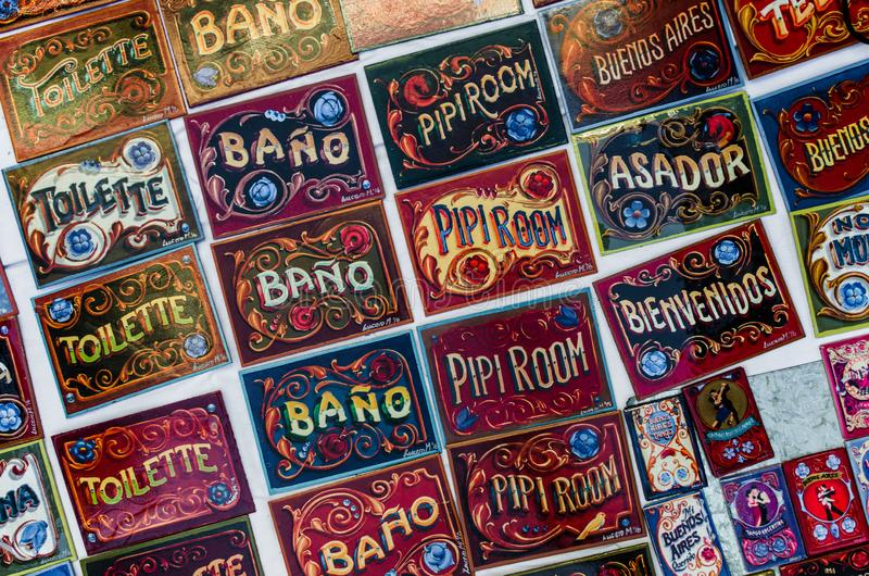 Signes colorés de porte, faits dans le style traditionnel de Buenos Aires du fileteado de peinture image libre de droits