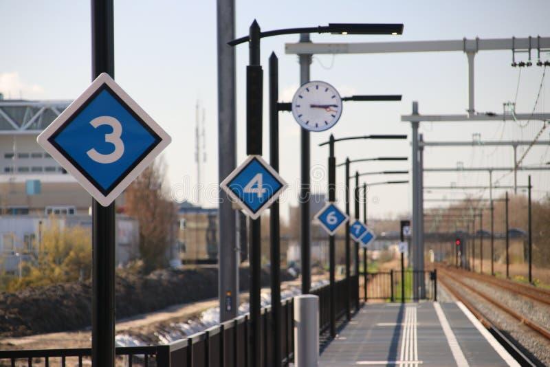 Signes d'arrêt basés sur la longueur du train sur la plate-forme sur la station de train toute neuve Zoetermeer-Lansingerland aux image libre de droits