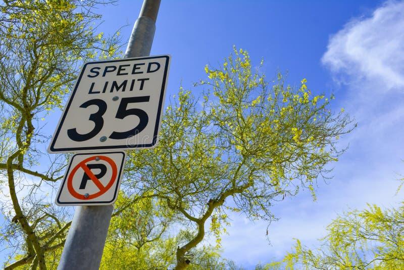 Signes de limitation et de stationnement interdit de vitesse de rue de ville photos stock