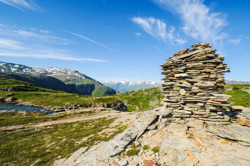 Signes de pierre d'ardoise sur le Hardangervidda, Norvège photographie stock
