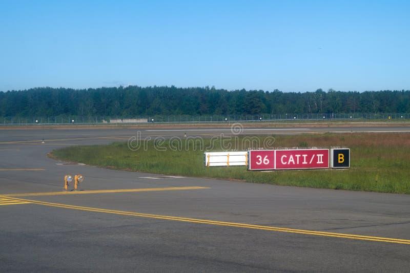 Signes de piste d'aéroport à l'aéroport international RIX de Riga photographie stock libre de droits