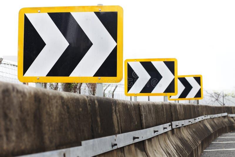 Signes de route directionnels de circulation indiquant la droite photographie stock libre de droits