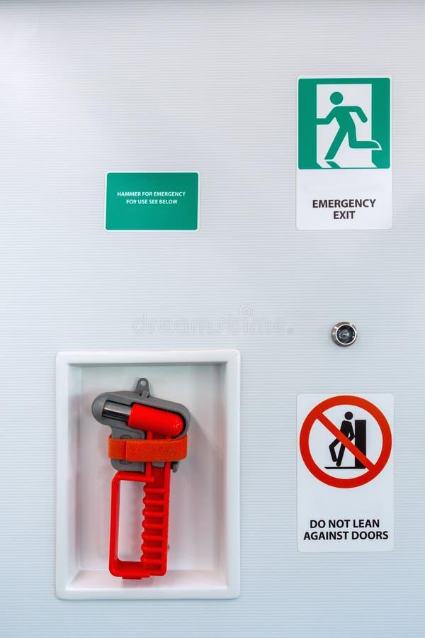 Signes de secours ou symbole et fenêtre cassant le marteau dans le train de ciel de transport en commun , Icônes et informations  image stock