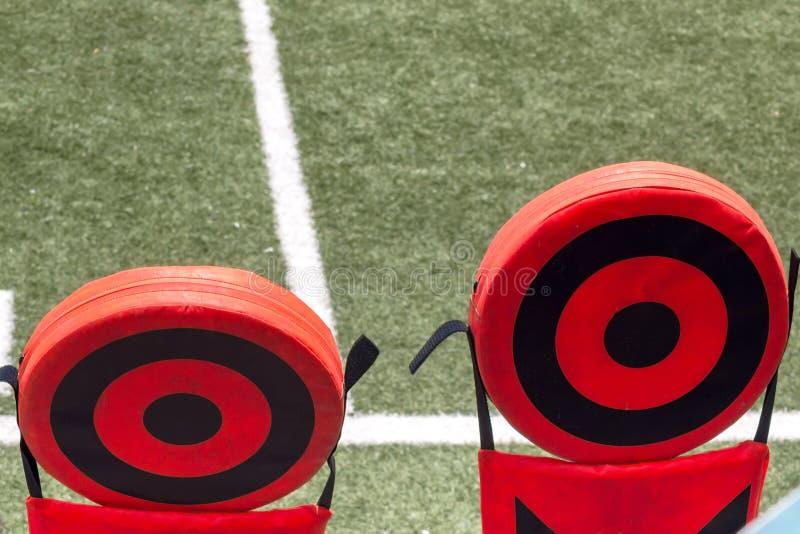 Signes de terrain de football et de chaînes photos libres de droits