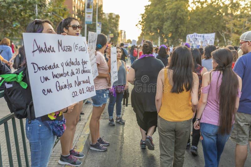Signes de transport de protestataire de personnes pendant le jour 8M des femmes chez Santiago de Chile photos libres de droits