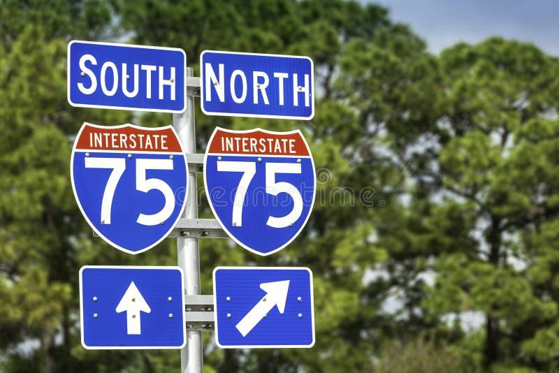 Signes directionnels le long des USA I-75 d'un état à un autre en Floride du sud photos stock