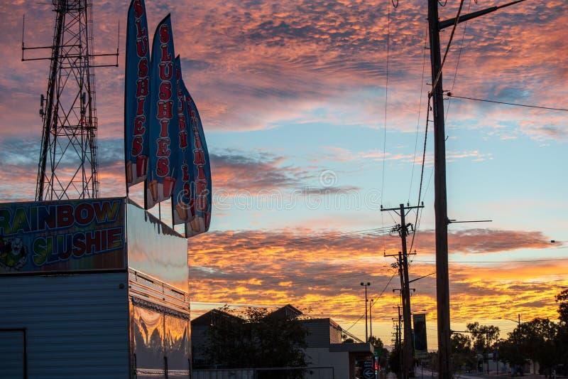 Signes/drapeaux de slushie d'arc-en-ciel sous un ciel coloré par arc-en-ciel photo stock