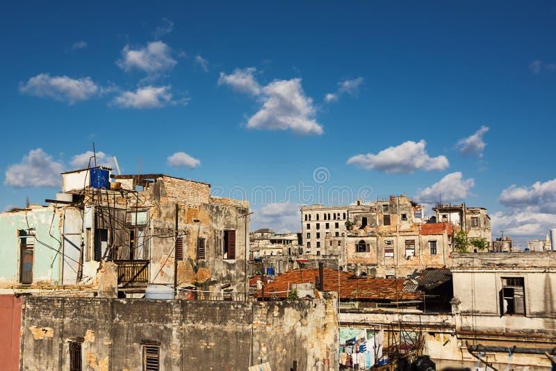 Signes du délabrement sur les toits de la capitale du Cuba : La Havane photos libres de droits
