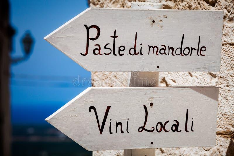 Signes en bois de flèche de produits typiques d'Italien Pointage à gauche extérieur images libres de droits