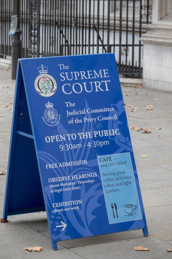 Signes en dehors de la court suprême du Royaume-Uni photographie stock libre de droits