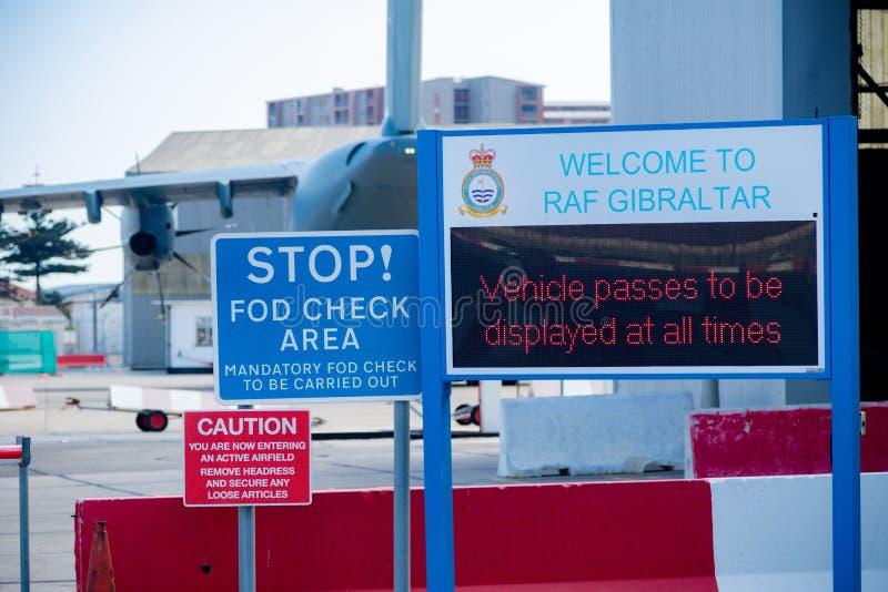 Signes en dehors de RAF Gibraltar images stock