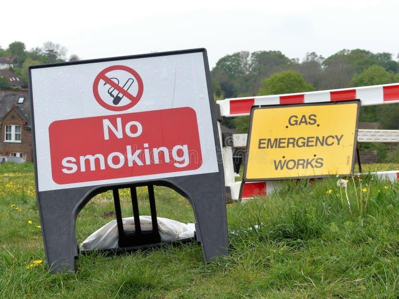 Signes non-fumeurs et de gaz de secours de travaux photos stock