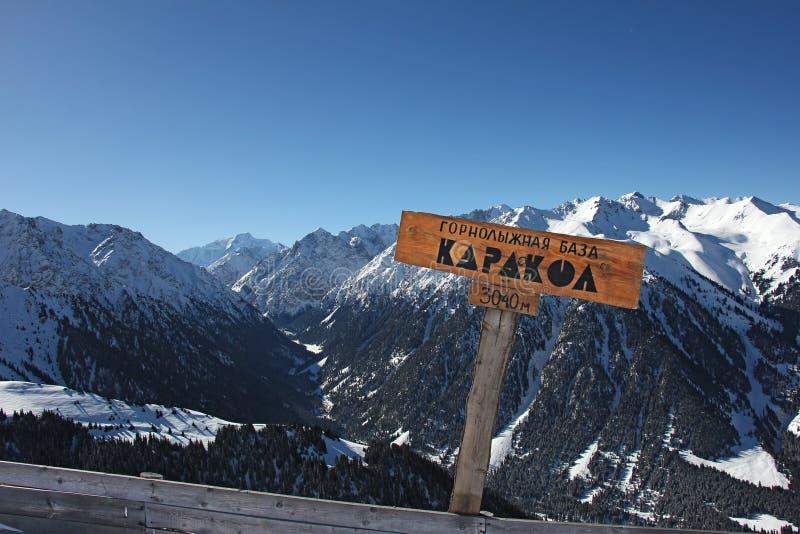 Signez avec le nom de la ville Karakol et l'indication de la taille photo stock