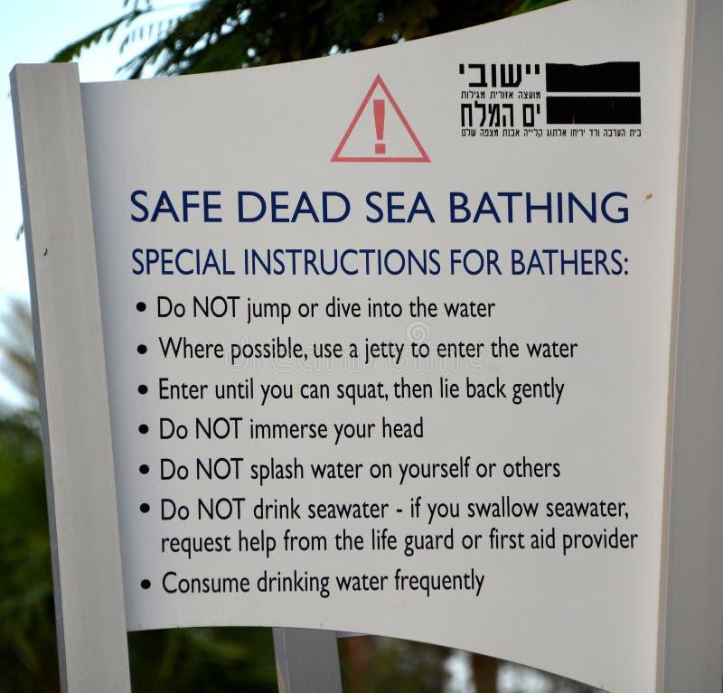 Signez discuter comment nager en mer morte image libre de droits