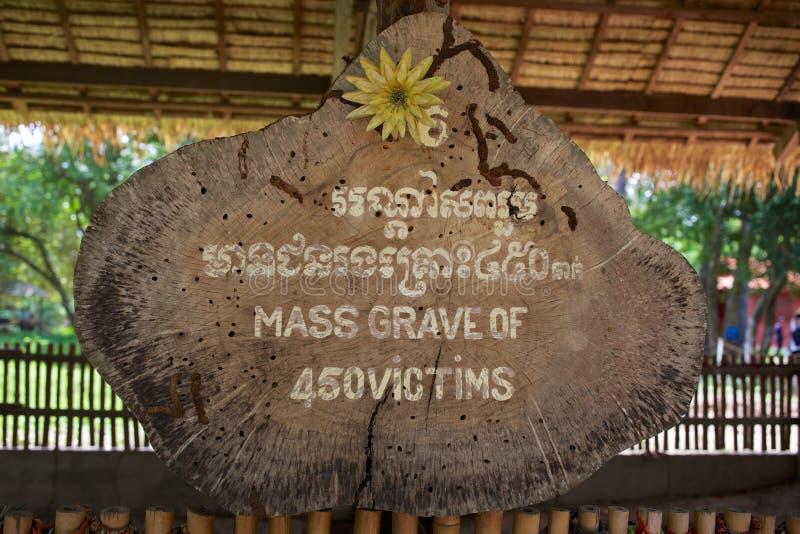 Signez l'emplacement d'inscription de la tombe de masse dans des domaines de massacre, Cambodge image libre de droits