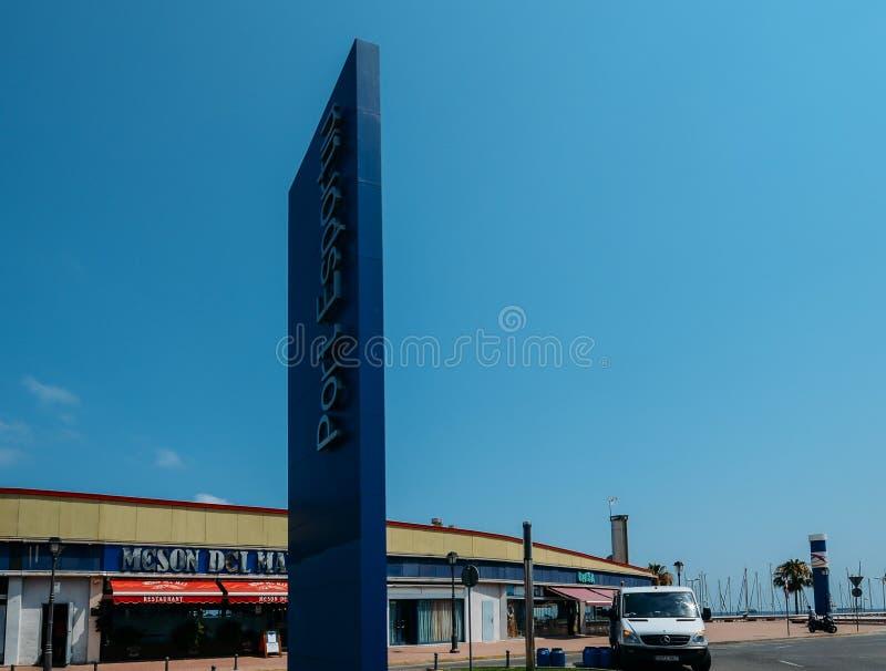 Signez l'entrée au port Esportiu De Tarragone, une marina populaire avec les 400 espaces de amarrage photo libre de droits