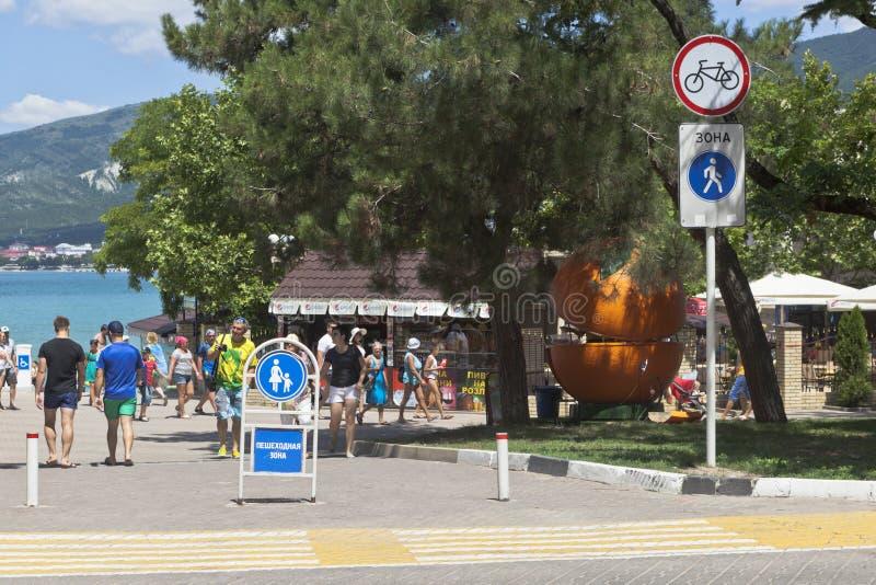 Signez la zone piétonnière sur la promenade de la station de vacances de Gelendzhik, région de Krasnodar, Russie photo stock