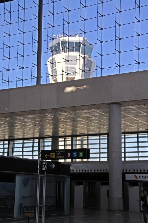 Signez le hall et le tour de contrôle à l'aéroport de Malaga, Espagne photos stock