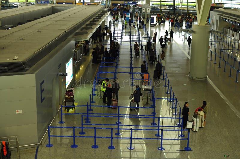Signez les compteurs dans le terminal deux de l'aéroport international Changhaï de Pudong photo stock