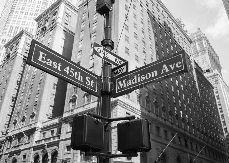 Signez pour l'est quarante-cinquième et le Madison Avenue à New York City photo libre de droits