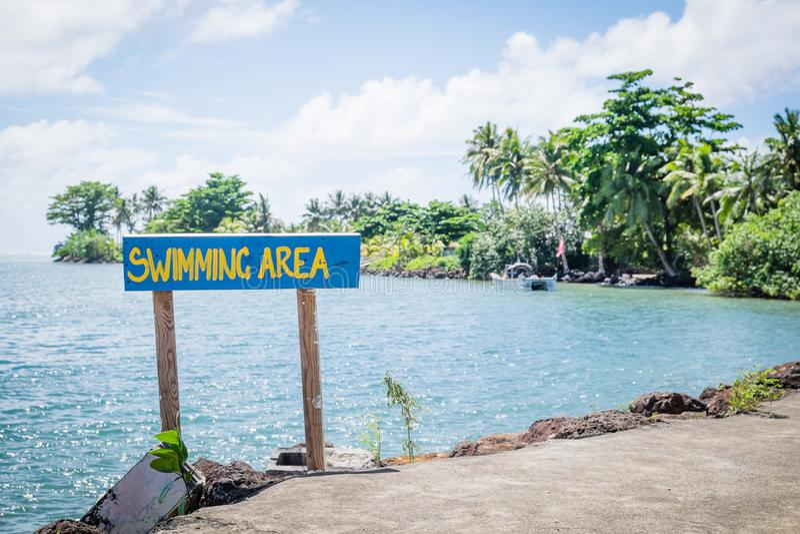 Signez pour le secteur de natation de mer par la piscine de caverne de Piula, île d'Upolu, Sam image stock