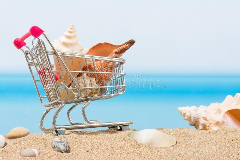 Signings del verano, viaje que hace compras Carro en la playa imágenes de archivo libres de regalías