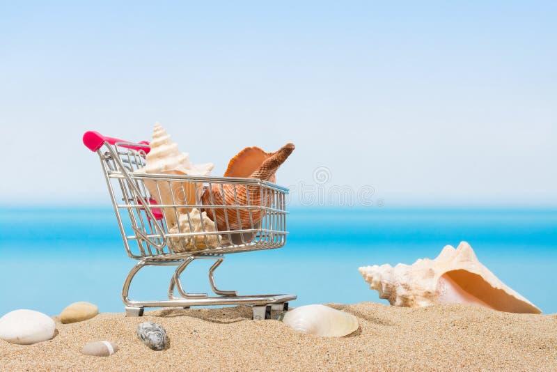 Signings del verano, viaje que hace compras Carro en la playa imagen de archivo libre de regalías